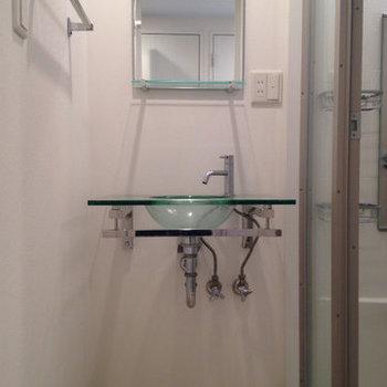 ガラスボウルの洗面台がおしゃれ。(※写真は9階の反転間取り別部屋、清掃前のものです)