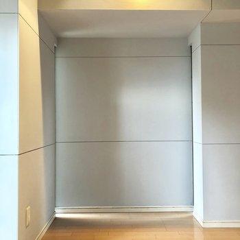 反対側には本棚がすっぽり(※写真は3階の反転間取り別部屋のものです)