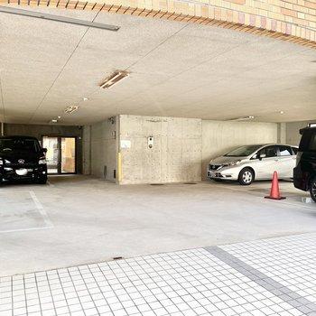 共用部】マンションの1階に駐車場もあります。