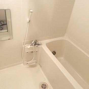 お風呂は追い炊き・鏡付きです。※写真は2階の同間取り別部屋のものです