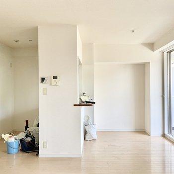 【LDK】便利で生活感も隠せるカウンターキッチン。※写真は2階の同間取り別部屋のものです