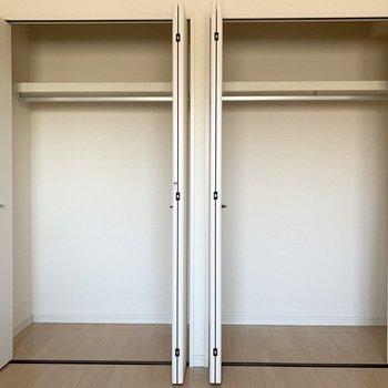 【洋室】仲良く並ぶ2つのクローゼットは、大容量。※写真は2階の同間取り別部屋のものです