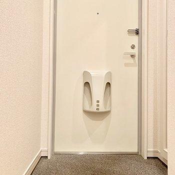 シンプルで優しい印象の玄関。※写真は2階の同間取り別部屋のものです