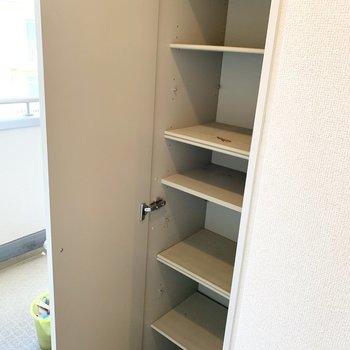 靴箱のドアにはミラーも付いていますよ。※写真は2階の同間取り別部屋のものです