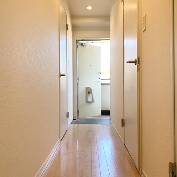 爽やかな白いドアが並ぶ廊下。※写真は2階の同間取り別部屋のものです