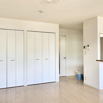 【LDK】白を基調とした清潔感のある内装。※写真は2階の同間取り別部屋のものです
