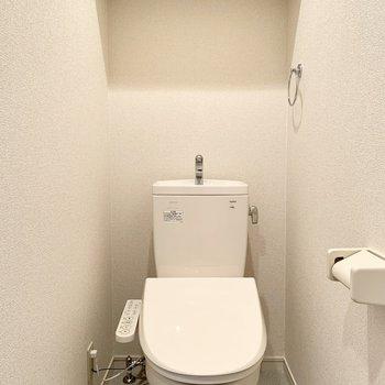 清潔感のある個室のウォシュレット・トイレ。※写真は2階の同間取り別部屋のものです