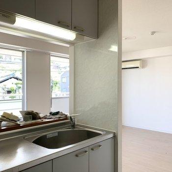 【LDK】遠くを眺めながら洗い物やお料理ができますよ。※写真は2階の同間取り別部屋のものです