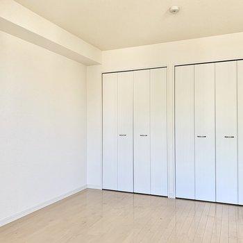 【LDK】大きな収納もあるのでスッキリ暮らせます。※写真は2階の同間取り別部屋のものです