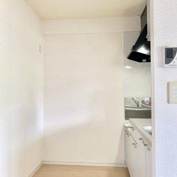 【LDK】後ろスペースに余裕が感じられるカウンターキッチン。※写真は2階の同間取り別部屋のものです