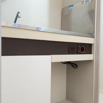小さな冷蔵庫が入るスペースがあります。