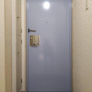 玄関はコンパクトですが、