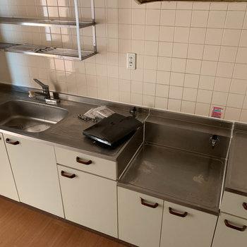 【LDK】広めのキッチン※写真は工事中、クリーニング前のものです