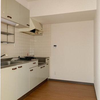 【LDK】キッチンへ※写真は工事中、クリーニング前のものです