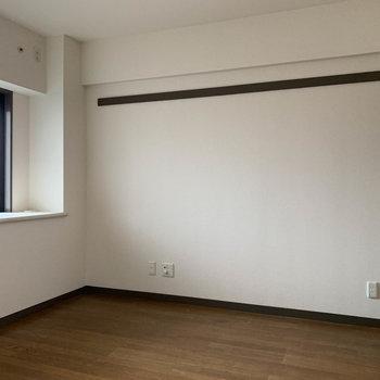 【洋室5.6帖】玄関側の洋室へ※写真は工事中、クリーニング前のものです