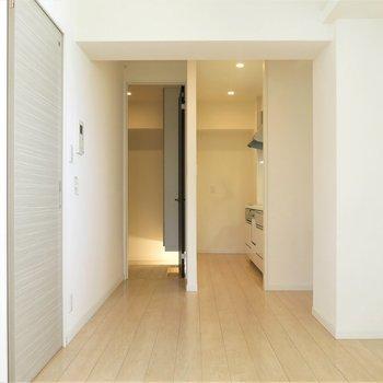 キッチンは奥まったところに。左側は玄関です。(※写真は5階の同間取り別部屋のものです)