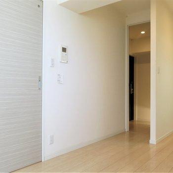 建具の色味が優しくお部屋になじみます。サニタリーはこの扉の先に!(※写真は5階の同間取り別部屋のものです)