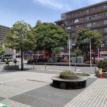 駅周辺には飲食店などがチラホラ。