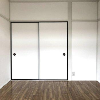 【洋室6帖】左側のふすまから隣のお部屋に移動できます。