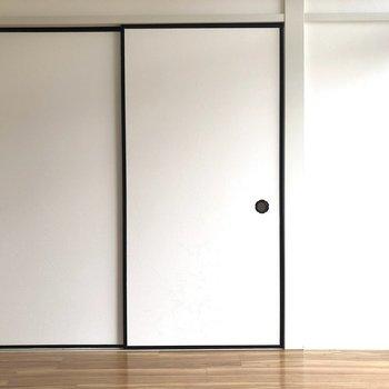 【洋室5帖】こちらは収納がある分少しスペースが少なめ。