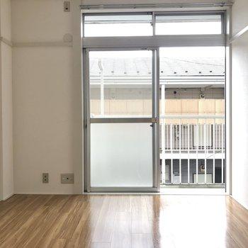 【洋室6帖】木目調の家具が合いそうです。