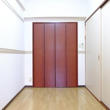 3.5帖の洋室です。(※写真は7階の反転間取り別部屋のものです)