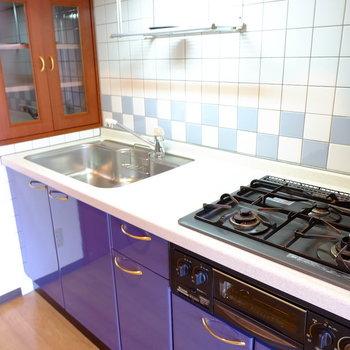 キッチンは3口グリル付き(※写真は7階の反転間取り別部屋のものです)