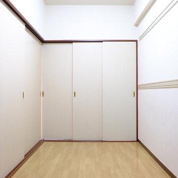 中に入るとドア・ドア・ドア!(※写真は7階の反転間取り別部屋のものです)