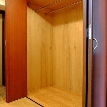 廊下部分にも大容量の収納(※写真は7階の反転間取り別部屋のものです)