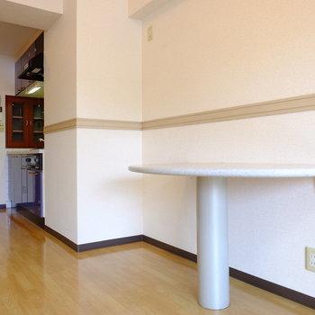ダイニングテーブルも完備!(※写真は7階の反転間取り別部屋のものです)