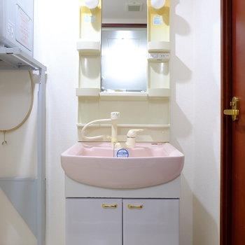 真ん中ピンクの洗面台(※写真は7階の反転間取り別部屋のものです)