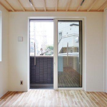 天井、いい感じですよね。※写真は1階の同間取り別部屋のものです