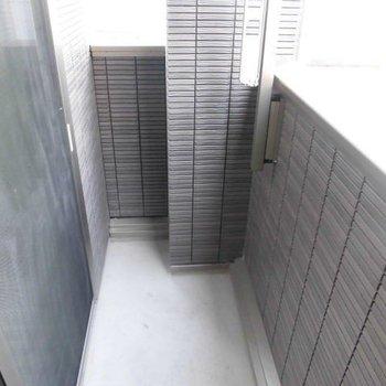 バルコニーはコンパクトに。※写真は1階の同間取り別部屋のものです