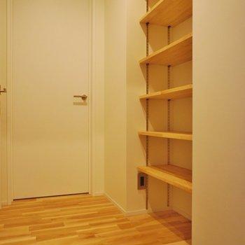 オープン下駄箱!※写真は1階の同間取り別部屋のものです
