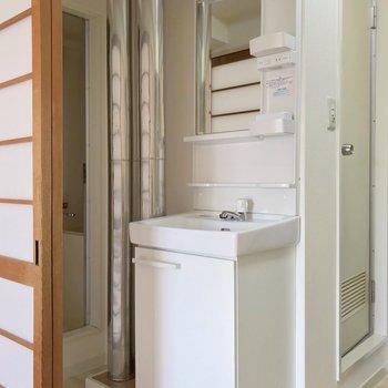 洗面台は鏡も大きくて朝の支度も捗る予感♩