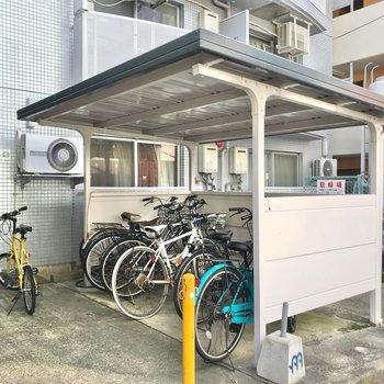 駐輪場は屋根付きですが、密度はちょっぴり高めかな。