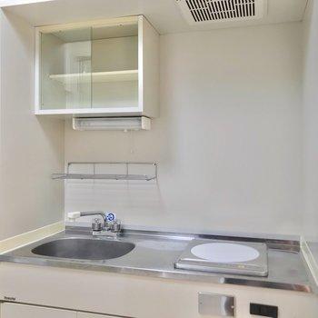 キッチンには火事の心配が少ないIHコンロ。上の棚には1人分の食器が入るかな。