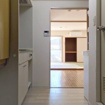 玄関入って水まわり、その先に洋室、和室と続きます。