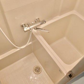 お風呂はコンパクトですが、温度調節簡単なサーモ水栓が付いています!