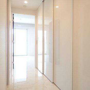 さて廊下ですが、右側の扉を開けると…(※写真は10階の同間取り別部屋のものです)