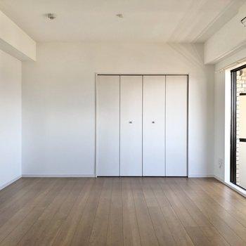 【洋室】ベッドは左の壁沿いでしょうか。