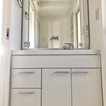 大きな鏡の独立洗面台です。