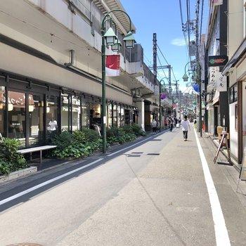目黒駅周辺には多くの飲食店が立ち並んでいます。
