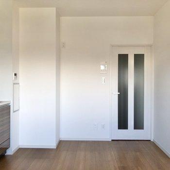 【DK】冷蔵庫はドア横に。