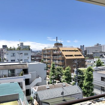雲で見えないのですが、建物の間から富士山が見えるそうです……!