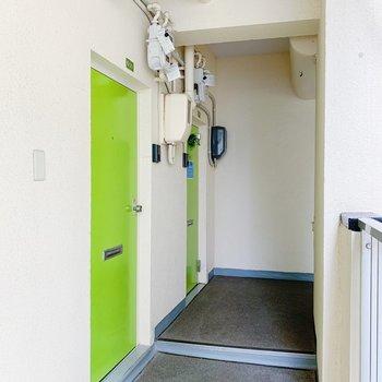ドアは黄緑の目に優しいカラー。