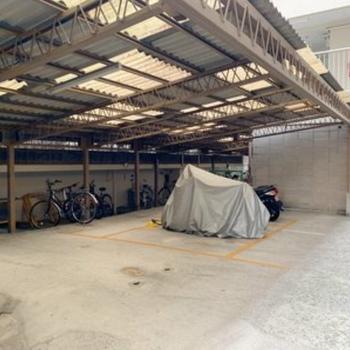 自転車置場は屋根付きです!雨もしのげますね。