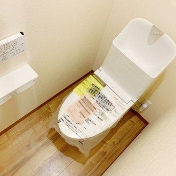 トイレの機能面は壁のボタンを、ピッ。