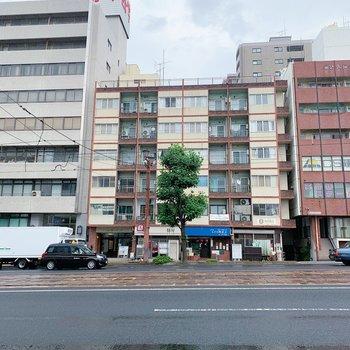 電車通りに面したマンション。1階には飲食店が入ります。
