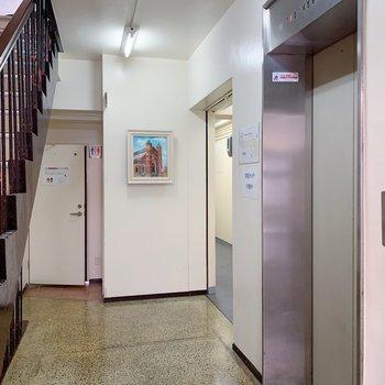 お部屋まではエレベーターで!奥には絵が飾ってあったりトイレがあったり!